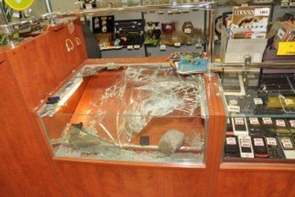 Zlodeji kameňmi porozbíjali skelnené vitríny.