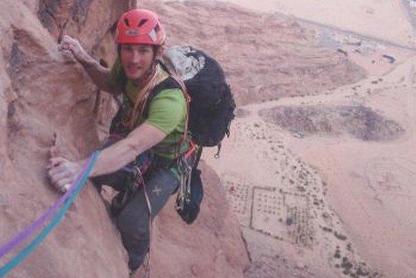 Jozef Krištoffy zdoláva masív v oblasti Wadi Rum.
