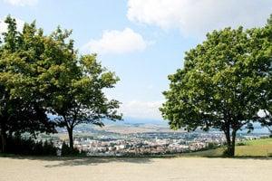 Z Hája vidieť celé mesto, Liptovskú Maru, Nízke a Západné Tatry aj Choč.