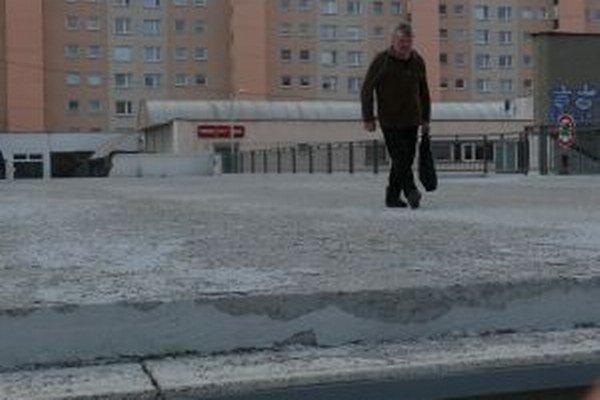 Most dlho bez nedostatkov nevydržal, povrchový náter sa po zime rozpadol.