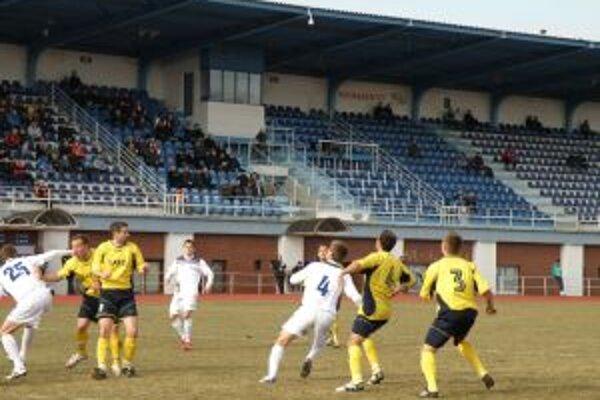 Dubničania (v bielom) si v súboji s Lučencom pripísali zaslúžene tri body.