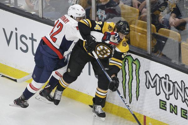 Slovák Martin Feherváry (vľavo) počas prípravných zápasov NHL 2018/2019 - ilustračná fotografia.