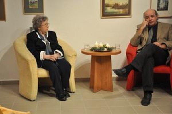 S knihou Rosa z pavučín sa prezentovali Zuzana Vaňousová Kronerová a Teodor Križka.