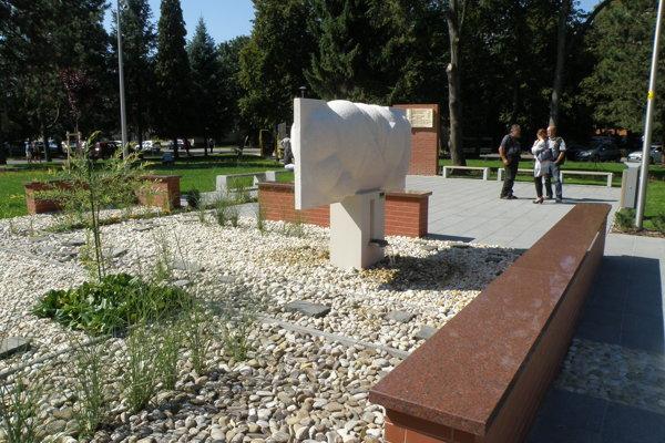 V parku zachovali fontánu.