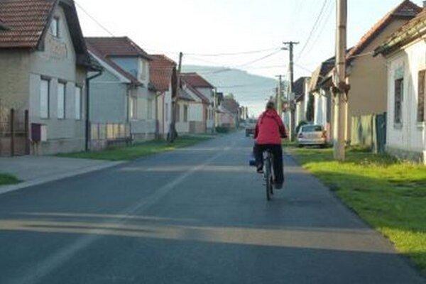 Autám i cyklistom sa už po Komenského ulici jazdí príjemnejšie.