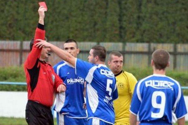 Brankár Turian Milec dostáva červenú kartu. Dražkovčania napokon dlhú presilovku využili.