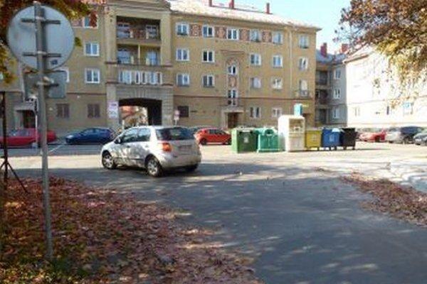 Smetiaky bránia v Šturke vodičom v rozhľade.