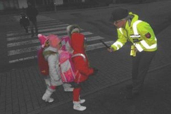Policajti sa venoli hlavne deťom a upozorňovali ich na to, že najmä za šera a v tme musia nosiť reflexné prvky.