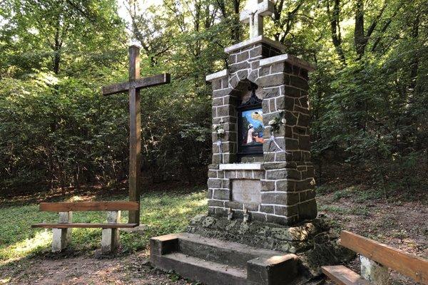 Na snímke kaplnka na mieste, ktoré miestni nazývajú Kikapa, čo vo voľnom preklade z maďarčiny znamená kamenná brána.