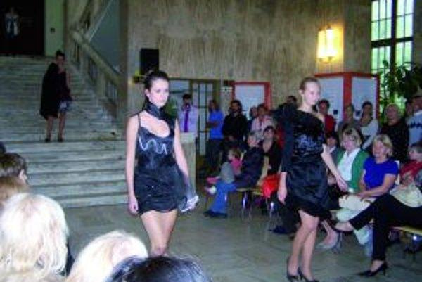 Študenti školy úžitkového výtvarníctva v Ružomberku predviedli v múzeu módnu prehliadku svojich modelov.