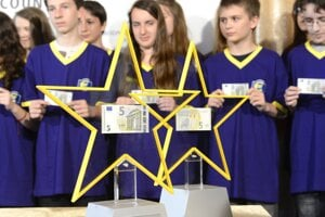 Novú päťeurovú bankovku predstavili 2. mája 2013.