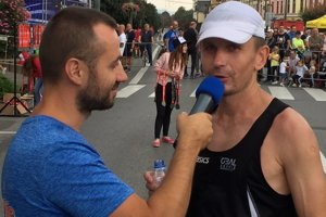 Marek Mockoviak (vpravo) odpovedá Tomášovi Gallovi z Active Life po dobehnutí prvého Prešovského halfmarathonu 2018.