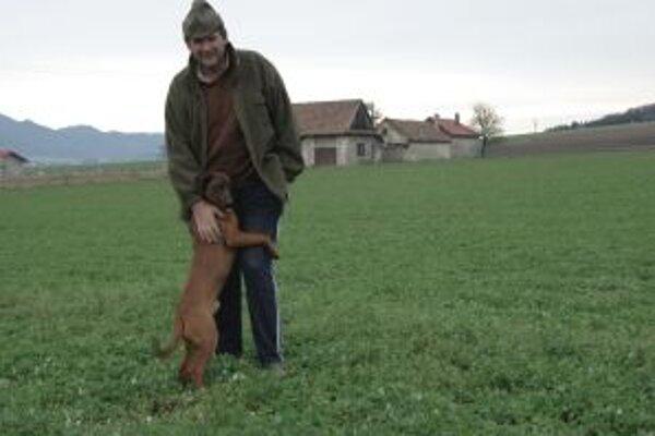 Peter Skaličan a jeho pes Lesan našiel nezvestného pri usadlosti v poli hneď za nimi.