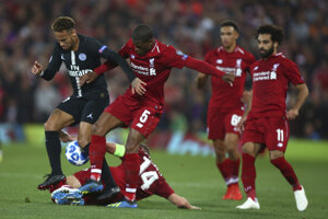 Hráči Liverpoolu sa snažia zastaviť Neymara.
