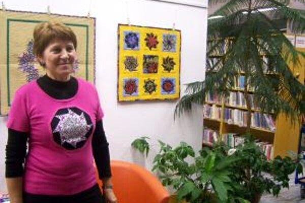 Autorka so svojimi prácami v Turčianskej knižnici.