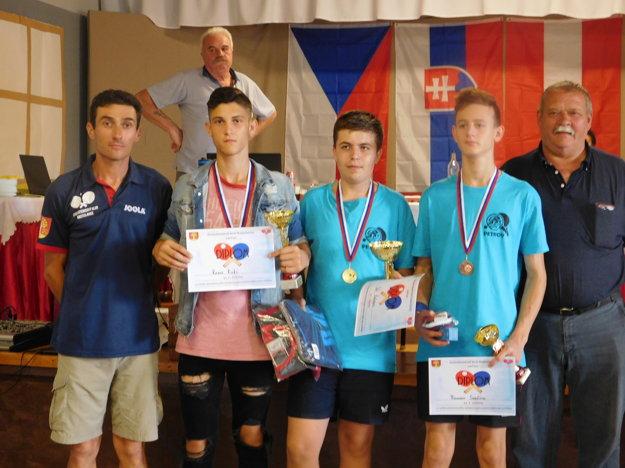 Medailisti v kategórii od 16 do 18 rokov zľava Kevin Kuki, Vít Kočvara a Roman Svačina
