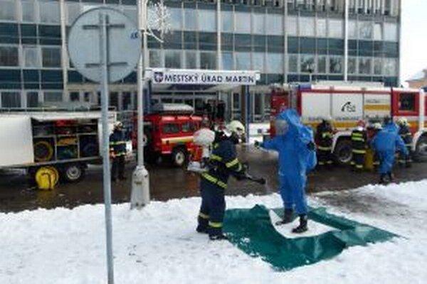 Žilinských hasičov, ktorí prišli prevziať záhadný biely prášok museli neskôr dekontaminovať.