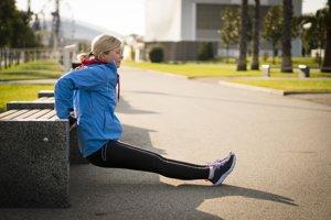 Tricepsové kľuky:  1. Usaďte sa na pevnú rovnú lavičku alebo múrik.  2. Uchopte okraj lavičky na šírku ramien, mierne nadvihnite telo, urobte vpred pár krôčikov a spustite zadok z lavičky. 3. Kolená sú vzdialené na šírku bokov, nohy a trup zvierajú 90-stupňový uhol. 4. Ruky sú v počiatočnej polohe vystreté, trup s nádychom pomaly spúšťate dole. Pohyb zastavte, keď pocítite napätie v tricepsoch. S výdychom sa vytláčate späť nahor.