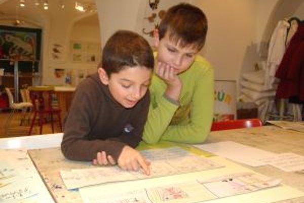 Filip (vľavo) a Peťo napísali v hlaholike aj komixy.