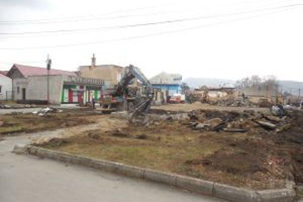 Po omeškaní stavbári konečne zahájili búracie práce.