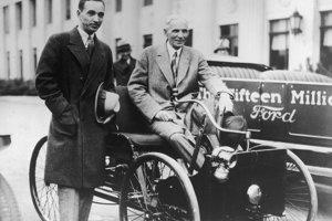 Automobilový podnikateľ Henry Ford so synom Edselom.