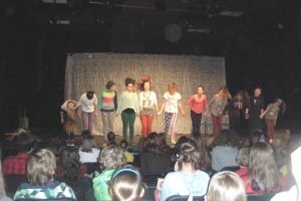 Martinčanky počas klaňačky po úspešnom predstavení v Brne.