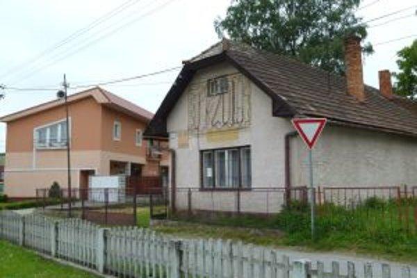 Na budove pošty majú Valčania stále nápis PF 2010.