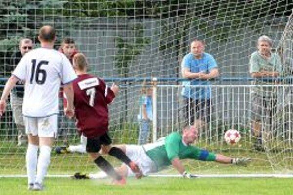 Po vylúčení brankára Topora sa do brány postavil útočník Hromada. Napriek snahe však po Šibíkovej penalte na loptu nedosiahol.