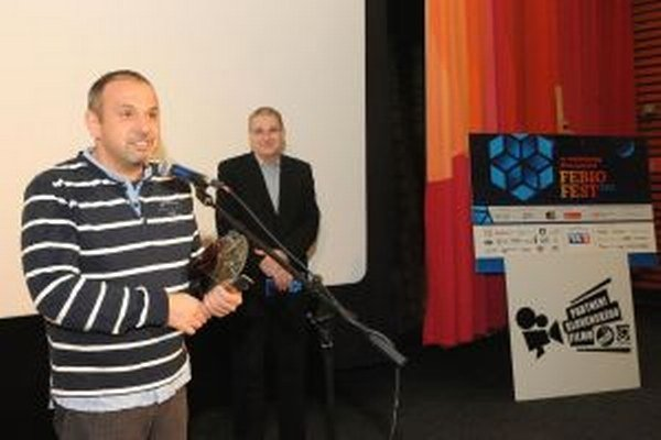 Peter Ducár pri preberaní ocenenia za najlepší filmový klub na Slovensku za rok 2012.