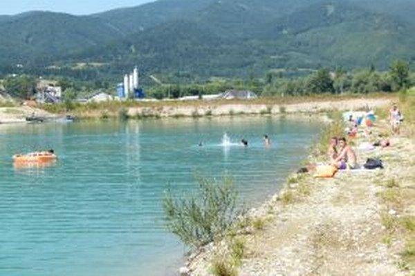 Bagrovisko s vodou pri Lipovci vzniklo pri ťažbe štrku na výstavbu diaľnice.