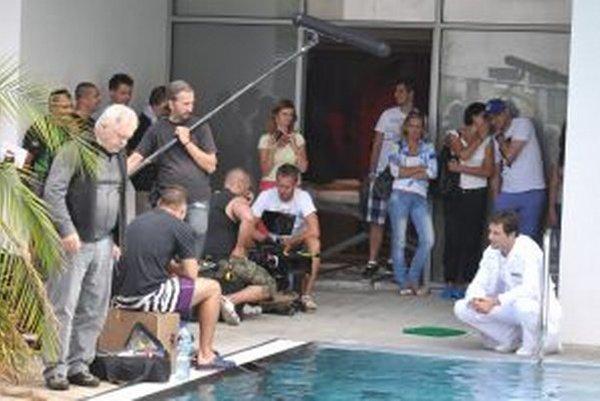 Akčný ruch na pľaci, keď Marek Geišber (vpravo dole) natáčal scénu pri bazéne.