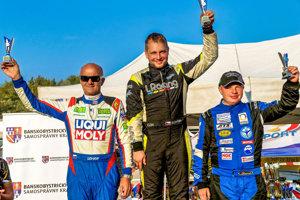 Igor Drotár (vľavo) na stupni víťazov po druhom mieste vcelkovom hodnotení MSR pretekov do vrchu.