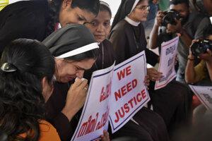 Proti biskupovi Francovi Mulakkalovi sa konali v Indii aj protesty.