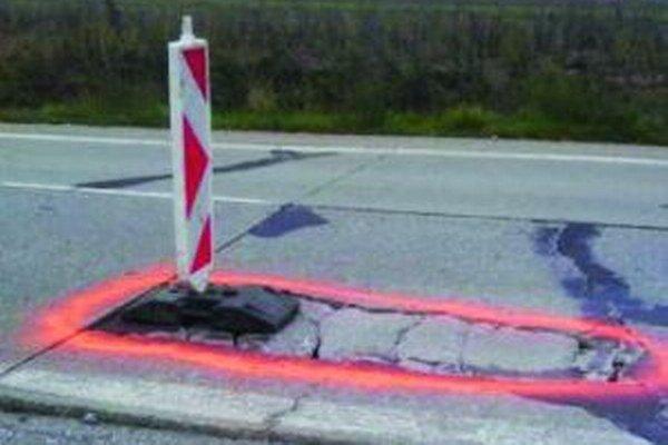 Vyčnievajúci kus betónu z panelovej cesty spôsobil dopravnú nehodu.