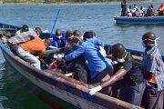Záchranári vyťahujú telo z vody z prevráteného trajektu MV Nyerere na Viktóriinom jazere pri ostrove Ukara v Tanzánii.