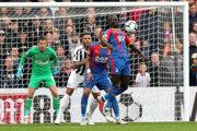 Hráč Crystal Palace Mamadou Sakho spracováva loptu, súboj sleduje Martin Dúbravka v drese Newcastlu.
