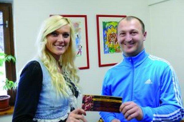 Naša kolegyňa Andrea Dudráková odovzdáva cenu víťazovi aktuálneho ročníka VTL Borisovi Sanigovi.