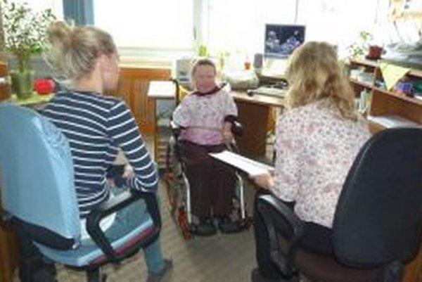 K. Grichová (v strede) svojimi radami pomáha zdravotne postihnutým.