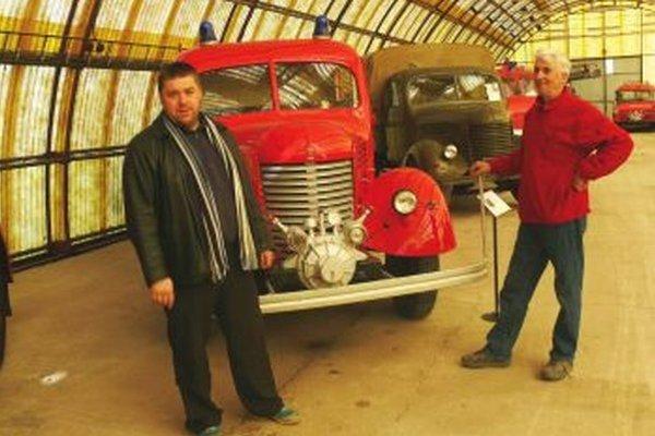 Ľubomír Vaňko (vľavo) a sprievodca múzea Milan Majerčík pri vozidle Praga RN.