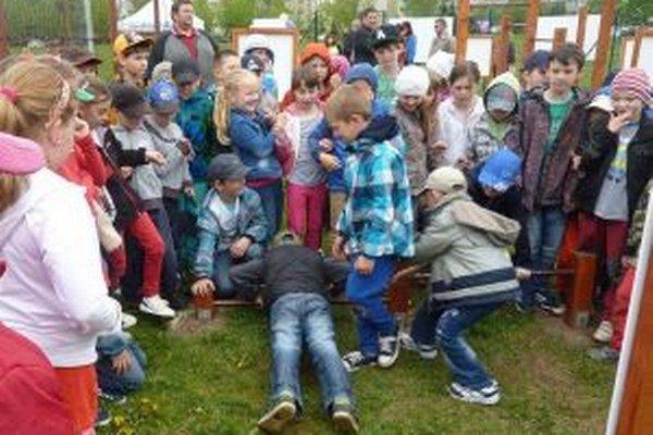 Deti si telocvičňu v exteriéri ihneď vyskúšali.