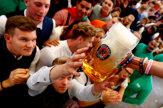 Na Oktoberfeste tieklo pivo potokom, prišli státisíce ľudí
