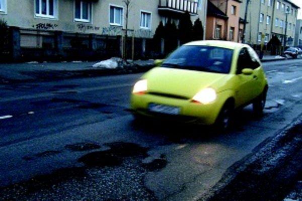 Ako mínové pole. Autá sa snažili na Hviezdoslavovej ulici výtlkom uhýbať, niekedy sa nedalo. Boli nahusto.