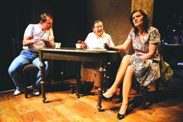František Výrostko, Zuzana Kronerová a Jana Oľhová v najnovšej inscenácii Slovenského komorného divadla v Martine August na konci Ameriky.