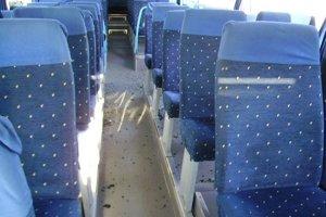 Úlomky zo skla v interiéry autobusu