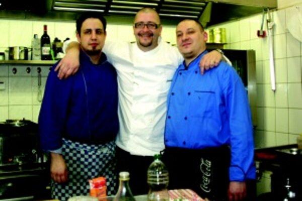 V kuchyni. Jaroslav Žídek s martinskými kuchármi Petrom (vpravo) a Jozefom (vľavo).