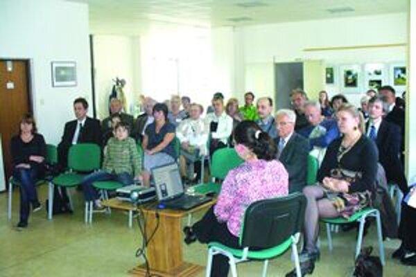 Účastníci stretnutia sledujú prezentáciu kníh, ktoré sa uchádzali o titul Kniha Turca 2010.