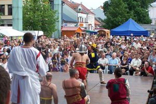 Gladiátorskými zápasmi vyvrcholil historický sprievod mestom, ktorý znázorňoval jantárovú cestu.
