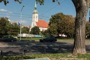 Pamätník pripomína miesto, kde po vojne vznikol provizórny pontónový most.