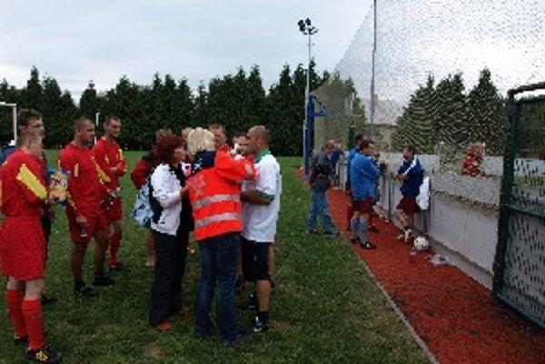 Počas turnaja museli záchranári ošetriť raneného policajta.