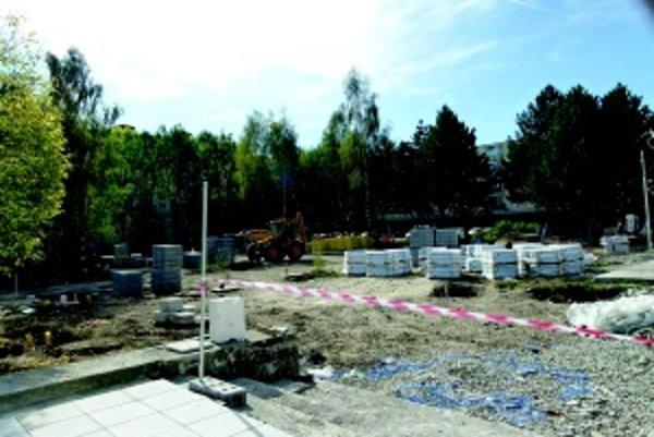 """Rozbitý park na Severe. Dodávateľ s prácami mešká, robotníci sa musia teraz viac """"pohnúť""""."""